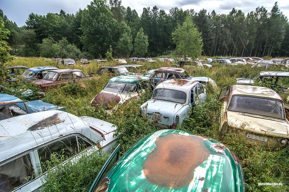 Bastnäs – Ein Autofriedhof im Wald